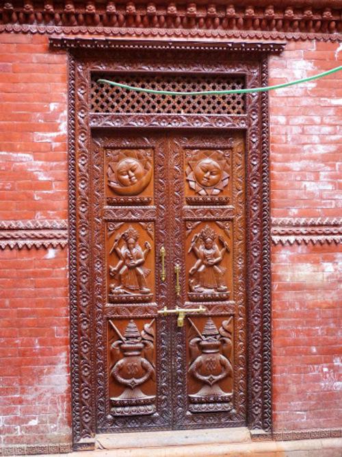 une belle porte en bois