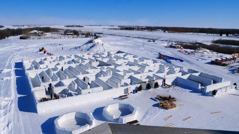 Des gens se perdent dans un grand labyrinthe de neige, devenu une vraie attraction touristique, le 3 mars 2019 à St. Adolphe, près de Winnipeg, au Canada