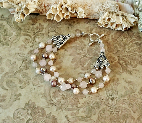 Bracelet 3 rangs 18 cm pierre de quartz rose et perles de nacre, fermoir en T Toggle argent 925