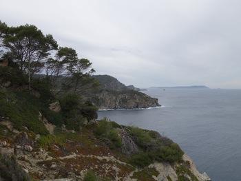 La Grande Cale. Au fond, l'ilôt du  Sarranier, et, plus loin, Port-Cros et la Gabinière