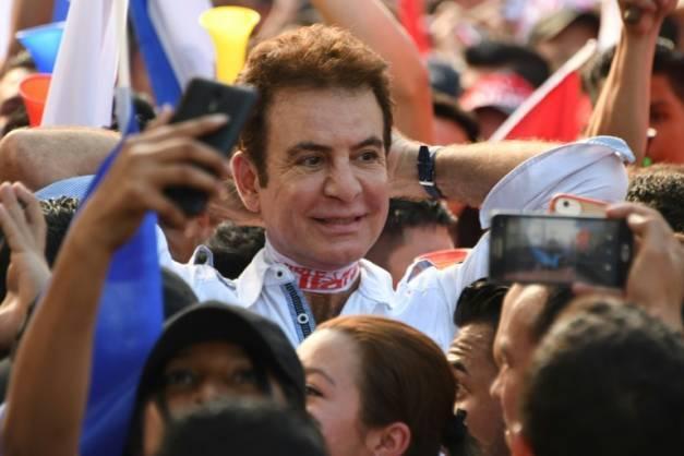 Le candidat de l'opposition populaire à la présidence du Honduras Salvador Nasralla conduit la manifestants pour protester contre la réélection du président sortant, à San Pedro Sula (180 km nord de Tegucigalpa), le 6 janvier 2018 ( AFP / ORLANDO SIERRA )