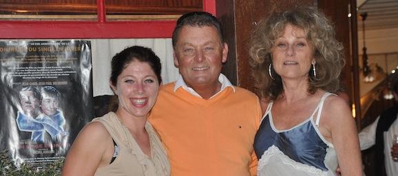 Laurent Corbin, rédacteur en chef de Patrimoine Normand, en compagnie de Tina et Florence, petite-fille et fille de Jean Gabin, à Villerville