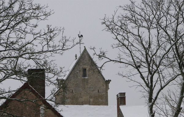 Le clocher du village sous la neige