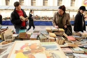 7278329-moscow--april-7-reading-city--sale-of-books-in-the-center-of-moscow-on-arbat-street-april-7-