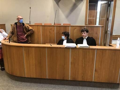 Vincenzo Vecchi (à gauche) au tribunal d'Angers, le 2 octobre 2020.