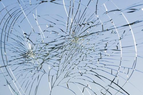 comment réparer une vitre fêlée sans appeler un vitrier professionnel ?