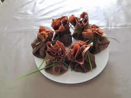 crêpes au chocolat fourrées de ricotta a l'aneth , ciboulette , dés de concombre , saumon et épices