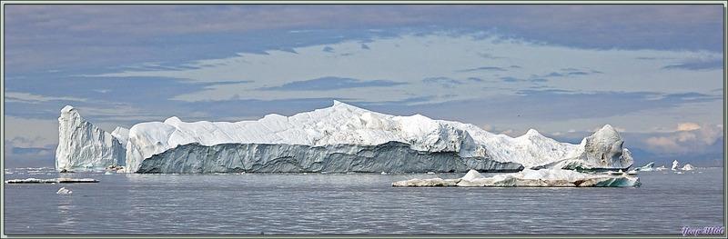 La balade se poursuit le long du champ d'icebergs - Baie de Disko - Groenland