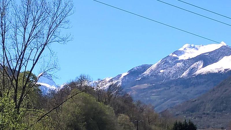 Ciel bleu et les Pyrénées Atlantiques.