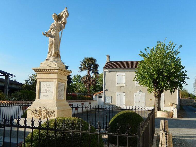 FR 17 Dœuil sur le Mignon 05 Monument aux morts et mairie.jpg
