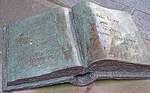 Buch aus Metall am Lichtenbergdenkmal