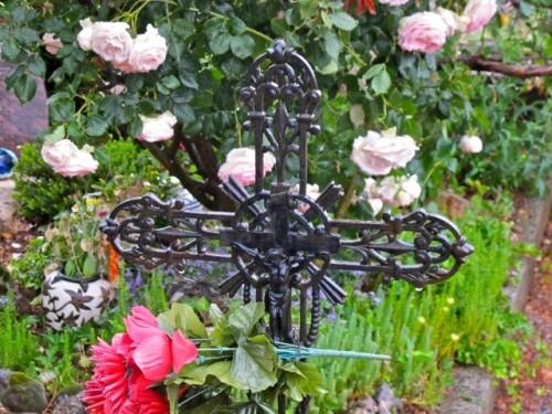 Chapelle Ste Madeleine cimetière croix fleurs 5