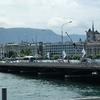 Le pont du Mont Blanc, voie la plus chargé du pays, marquant la fin du lac