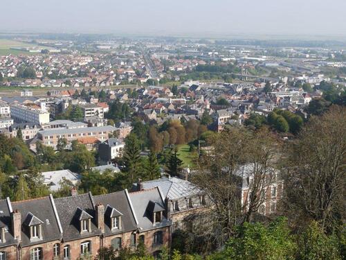 Un point de vue sur la ville et la plaine