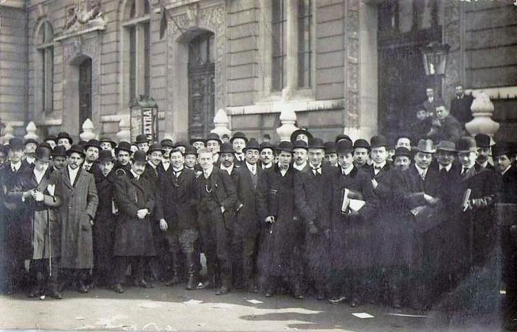 Étudiants devant l'entrée de la Faculté de Droit de Paris, rue Saint-Jacques (photographie de presse datée 1910)