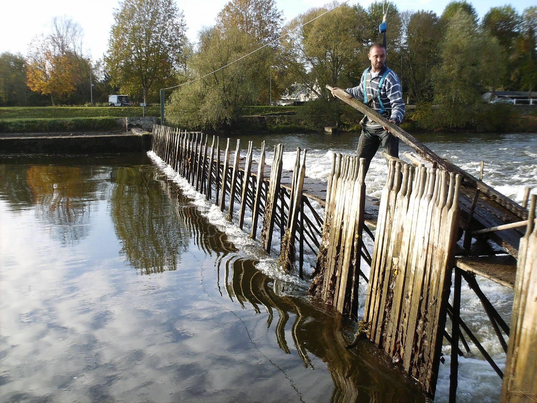 Un agent enlève les aiguilles au barrage de Bléré en 2009