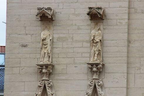 Photographie couleurs de statues adossées à un mur et décapitées.