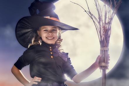 Fotos Kleine Mädchen Hexe Lächeln Kinder Der Hut Halloween Mond Feiertage