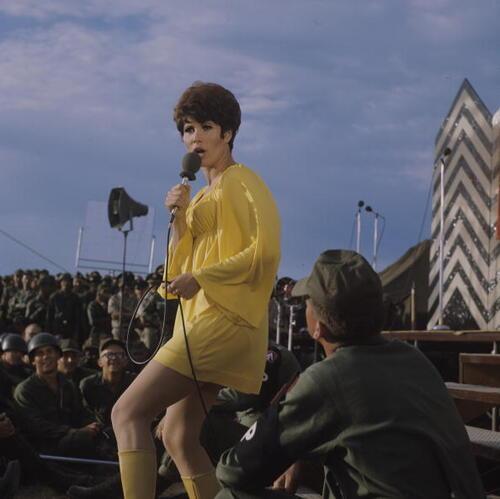 Michele Lee chante pour les troupes américaines