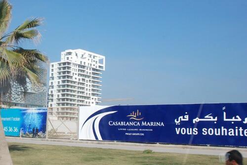 il domine la côte et jouxte la mosquée