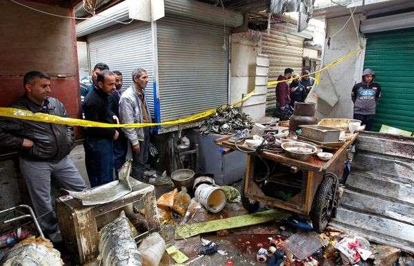 Scène de destruction après un double attentat sur un marché de Bagdad ce samedi 31 décembre.