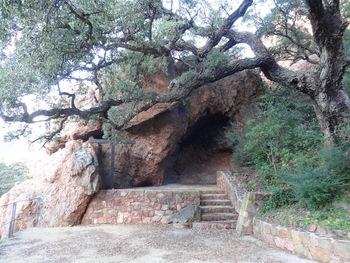 Au pied de la Sainte-Baume il y a cette grotte ...