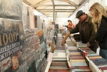 7289244-moscow--april-7-reading-city--sale-of-books-in-the-center-of-moscow-on-arbat-street-april-7-