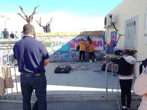 """atelier graff par groupe de 4 jeunes chaque heure lors du festival """"paradis des pitchous"""" Valras (34) Réalisation individuelle sur affichette. Avril 2018"""