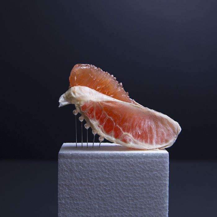 Perforation et soutien des fruits et légumes dans les photographies d'Ana Straže