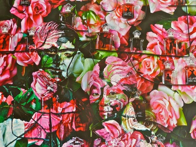 Liu Bolin se cache chez Guerlain au milieu des roses et des parfums