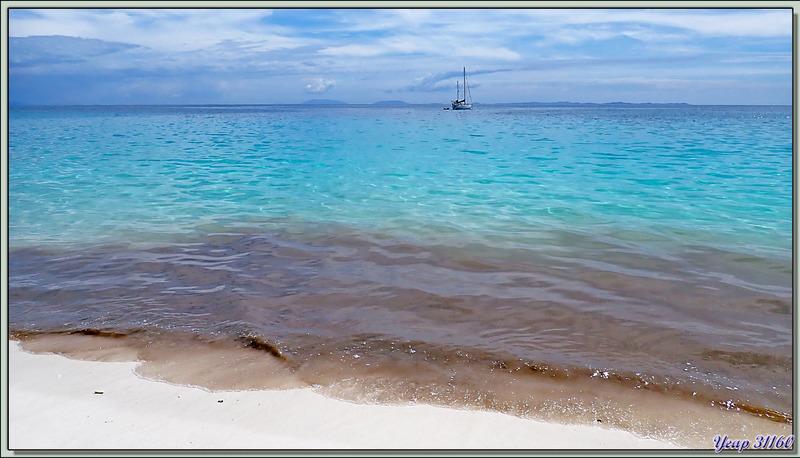 """Dernière baignade devant notre bungalow de la plage sud ... en franchissant une """"marée noire"""" -  Nosy Tsarabanjina - Archipel des Mitsio - Madagascar"""