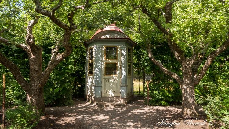 Suède : Écomusée Skansen Maisons au toit couvert d'herbe et jardins ouvriers