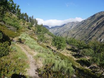 Au fond de la vallée, la porteille d'Orlu presque fermée par d'épais nuages