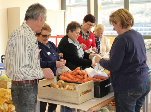 Avec les bénévoles des Restos du Coeur, avant la distribution...