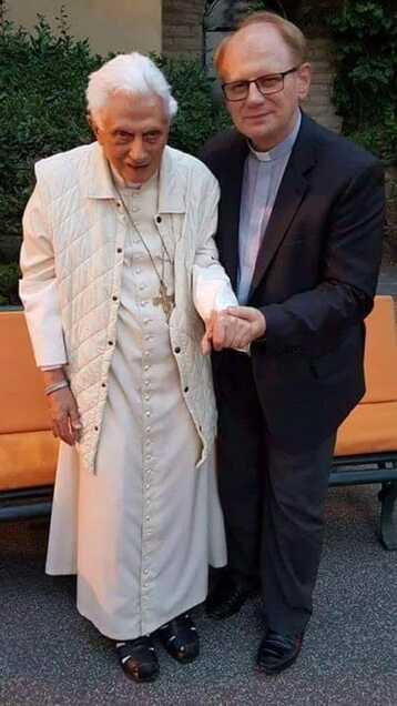 Une photo récente de Benoit XVI pour terminer la semaine - InfoCatho