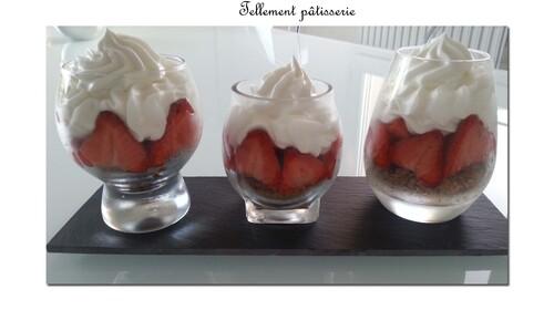 Verrines fraises chantilly & crumble aux noisettes