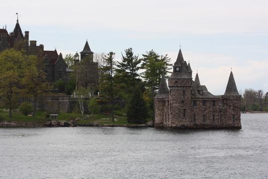 Milles îles en Ontario : Plus petit pont, frontière entre deux pays et le château.