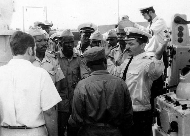Officiers guinéens reçus à bord d'un bateau de guerre soviétique, Conakry 1973