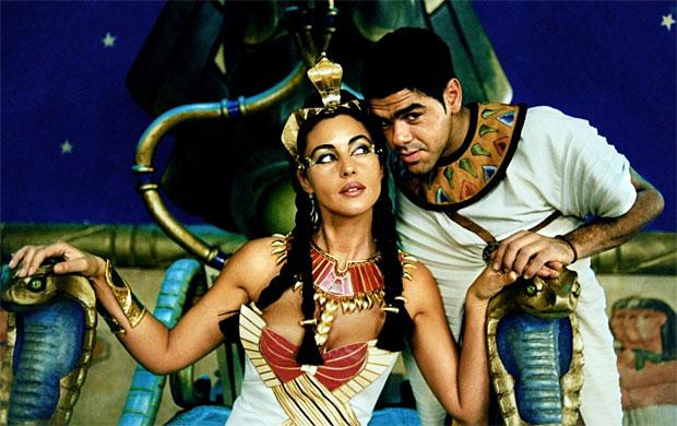 Cest une comédie, tout est donc plutôt exagéré, cependant Monica Bellucci incarne la parfaite Cléopâtre, tele que se limagine le public  une belle femme,