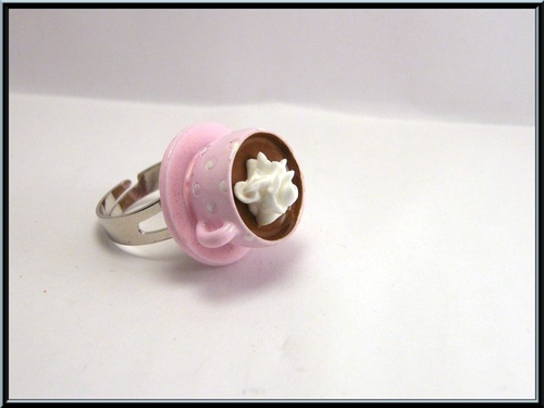 Bague tasse chocolat/chantilly en résine.
