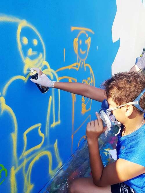 stage graff avec 8 jeunes du conseil Municipal enfant de Maraussan (34) Réalisation d'une oeuvre collective sur le mur du city stade. juillet 2018