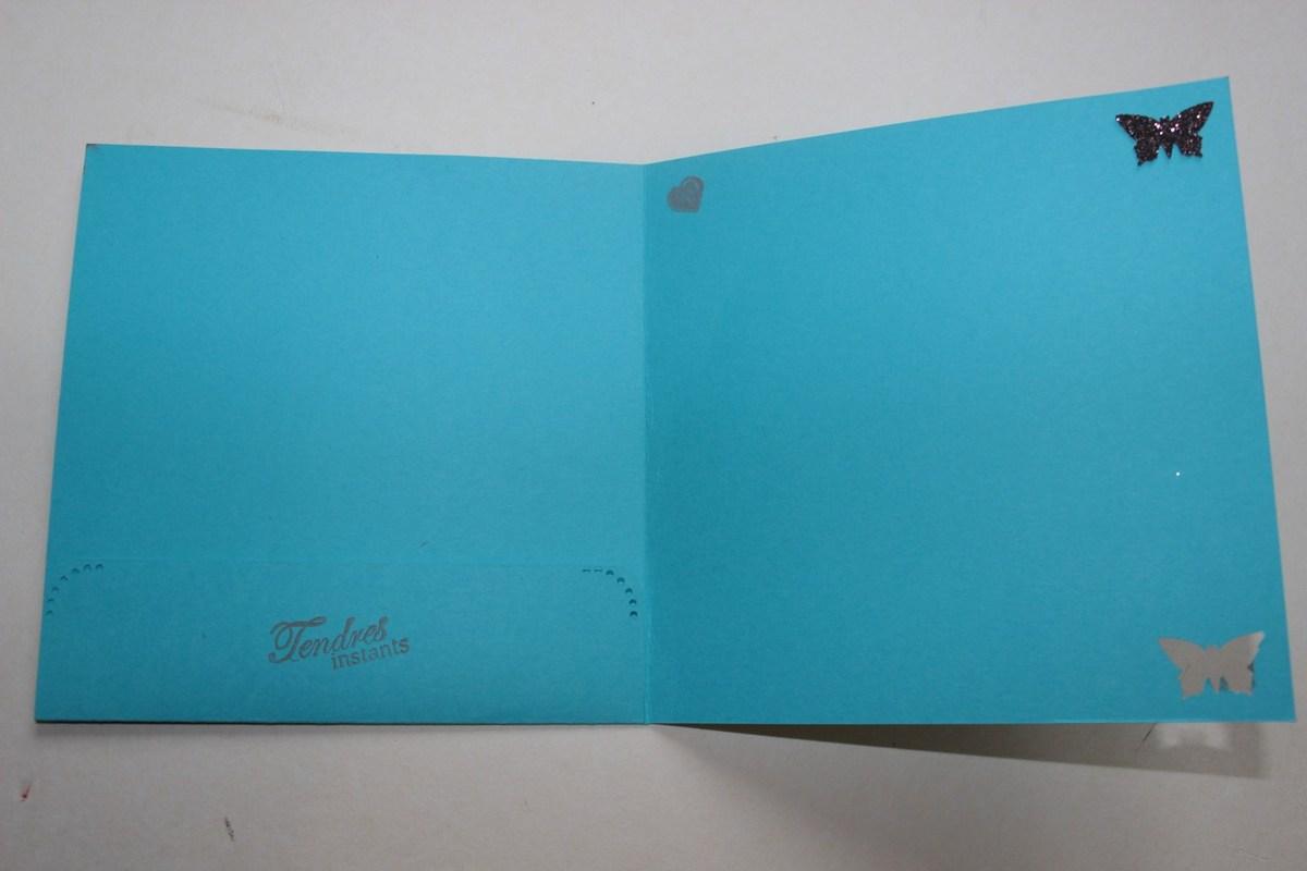 Intérieur tout simple avec tampons, papillon ajouré dans un coin et rapporté en papier brillant dans l'autre coin