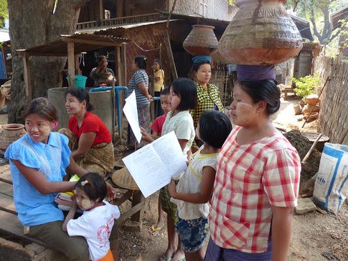 des enfants du village vont à l'école