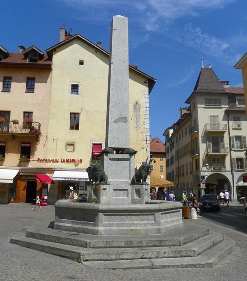 Fontaine sur la place Notre-Dame