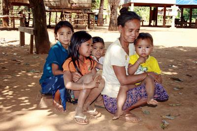 Blog de images-du-pays-des-ours :Images du Pays des Ours (et d'ailleurs ...), Assistante maternelle - Village Kreung - Rattanakiri - Cambodge