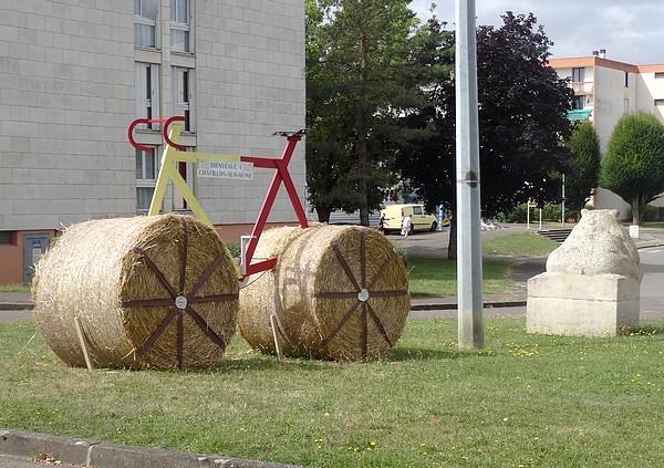 Des cyclotouristes de la semaine cyclotouriste,se sont arrêtés à Châtillon sur Seine