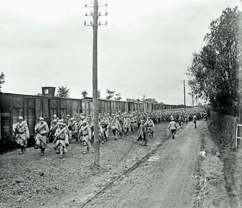 Des soldats guadeloupéens du 2e Génie escortent des prisonniers allemands en partance pour Rouen.