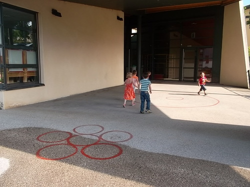Athlétisme dans la cour de l'école