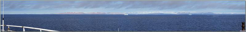 Le nord de la mer de Baffin est barrée par une épaisse brume rasante, les côtes du Groenland se profilent à l'horizon