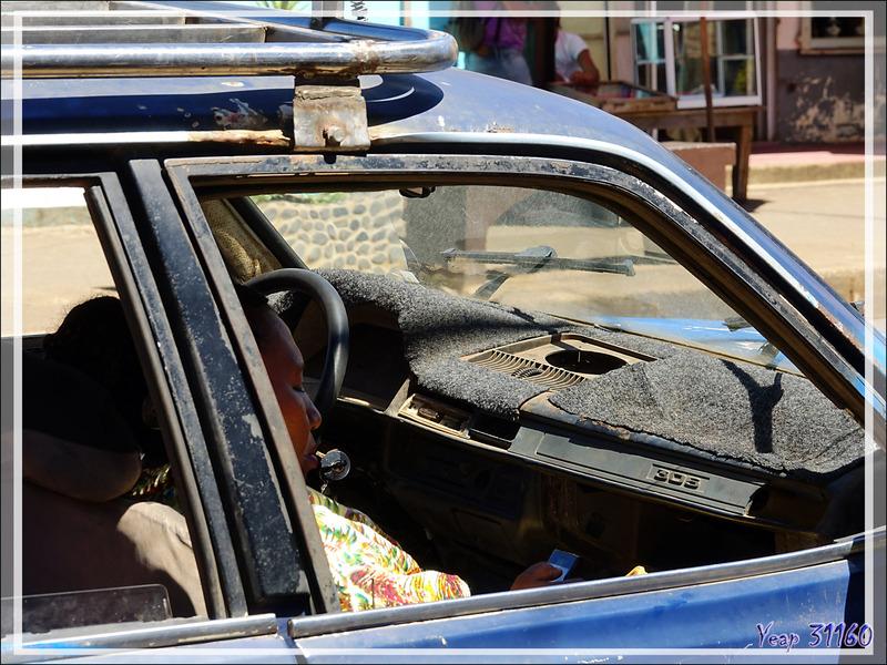 Dans les rues de Hellville : Peugeot 305 - Nosy Be - Madagascar